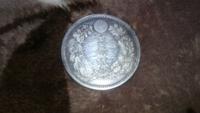 この古銭は本物でしょうか。【画像あり】 私の知り合いから貰った祖母が私に譲ってくれたものです。明治八年と書かれています。  判定難しいと思いますが、綺麗すぎるので偽物か気になってしまって。。この質問で...