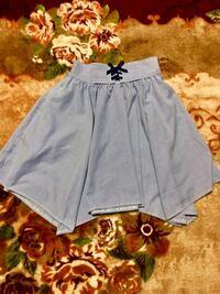娘の服のコーディネートについてのご相談です。 私はシングルファザーなのですが、小学生の娘の為に写真のようなスカートを購入したのですが、このスカートに合わせるとしたら、どのようなコーディネートをしたら...