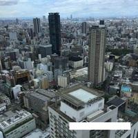 梅田スカイビルからの位置について教えて。 この画像は梅田スカイビルからの景色ですが、 この画像からどちらの方角にあべのハルカス がありますか? 時計の方角で教えて下さい!