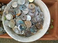 昔、洗おうと思ってバケツに入れて、そのまま何年間も忘れてしまった硬貨があります。  すでに何割かは錆びてしまっています。  以前、10円硬貨をタバスコにつけるときれいになるのは試しま したが、10円硬貨...
