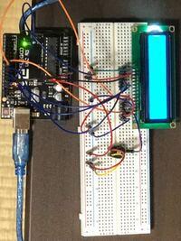 Arduino初心者です。ArduinoでのLDCに「Hello,World!」と表示させたいのですが出来ません。LDCのディスプレイだけがひかり、なにも表示されません。光っているということは回路はあっているんでしょうか?プログ...
