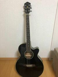 ギターに詳しい方。このギターはなんというギターですか?エレキギターではないんですか?ギターは全くの初心者です。先日知り合いからこのギターを貰いました。このギターを使って練習して弾けるようになりたい...