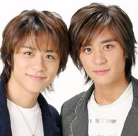こちらは双子の兄弟俳優・斉藤兄弟の祥太、慶太です! ①どちらが双子の兄?どちらが双子の弟? ②どちらが祥太?どちらが慶太? ③「キッズ・ウォーシリーズ」に先に出演したのはどちら?