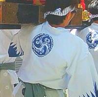 祭の法被の紋   親戚の家で祭をみたのですが、神社の宋代の大神輿をしょって歩く方の法被についている紋が画像のものでした(神社もみてきたのですが、こちらには普通のベーシックな巴紋がか かれており、画像...