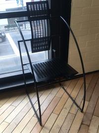 この金属製の黒い椅子、どこの製品か分かりますか?