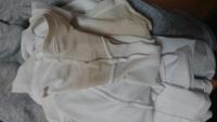 白いTシャツを何回か着ると写真のように脇の部分が黄ばんでしまいかなり困っています。 何度も洗濯や手洗いしても全く落ちません… この黄ばみを自宅で落とす何か良い方法はないでしょうか?
