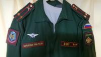 ロシア連邦軍の常勤服だと思いますが ロシア連邦軍に疎くまたロシア語も理解できない為 両肩・両胸に付いているワッペン・記章や肩章の階級章(部隊章)の詳細が全くわかりません。  詳しい方ご教授ください。