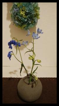 一輪挿しに挿してある花の名前を教えて下さい