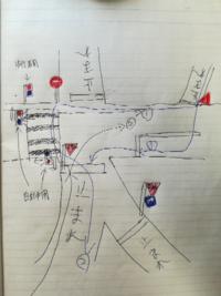 自転車の道路交通法について質問です。 下手くそですが、絵に書きました。  質問は二つです。 自転車で走行する場合、 それぞれの正しいルートを教えて下さい。 1)左下から右上に行く場合(絵の黒の矢印) 2)右上...