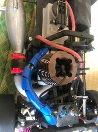 ラジコンカーについて質問です。 昨日ラジコンカーをもらって早速走らせようと思ったのですがリコイルスターターと言うものがついてません。どうやってエンジンを始動させたらいいのでしょうか?
