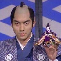 遠山の金さんについて いつも疑問に思っているのですが、西郷輝彦さんが演じる遠山金四郎と、他の俳優さんが演じる遠山金四郎とではなぜ家紋が異なっているのですか?
