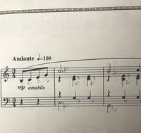 ピアノの楽譜の弾き方について質問です。これは魅惑のワルツという曲のピアノソロの楽譜の出だし部分なのですが、音符の下に休符がありますが、いったいどのように弾けばいいのか分かりません。 この上下二つのドと、右手シと左手ソは、同時に弾くのですか?詳しく弾き方を教えてください。
