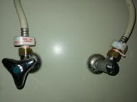 シングルレバー混合水栓の止水栓について教えてください。 現在使用しているものが水漏れしてきたので、自分で交換しようと思っています。 以前、洗面所の混合水栓を自分で交換したことがあるのですが、キッチンの止水栓と少し異なる箇所があったので、質問させていただきます。  キッチンの止水栓を確認したところ、洗面所の止水栓には無かった白色の部品が水側お湯側両方にあり、何のための部品か分からないため、詳し...
