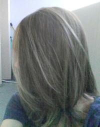 リクエストします。 昨日ハイライト入れたのですが髪色キープするにはムラサキシャンプーかシルバーシャンプー、どちらがいいと思いますか?