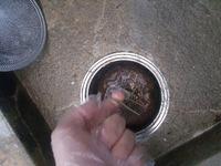 鉄製の椀トラップが錆びて取り出せません。 クリックありがとうございます。 築50年程のコンクリートアパートに引っ越しまして、すぐ浴室の悪臭に気づきました。 椀トラップが原因になってる と考えてます。 トラップは機能しています。カビハイター、パイプユニッシュしても効果なし。 ちゃんと水は貯まっていますが翌朝にはドブ臭いです。  質問としまして、 ・どうにかして錆びた椀トラップを...