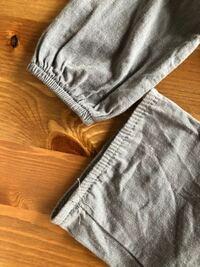 裁縫が得意な方教えていただきたいです。 子供のお洋服の袖のゴムの部分が、はずれて?切れて?しまいました。伸びているわけではないですが、片方によっています。 まだ買って数回しか着ていないので、自分でお直ししたいのですが、どのようにすればいいのか、わかりません。 ほつれた部分をすこしほどき、あたらしいゴムを通し、ほつれた部分に重ね縫いすればよいのでしょうか? ちなみにミシンは持っています。  教...
