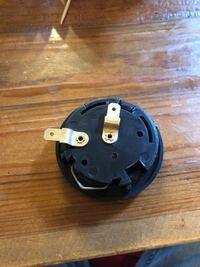 クルマのステアリング交換について質問します。 ステアリングを交換して、最後にホーンボタンをつけました。 バッテリーのマイナス端子をつけ戻そうとして、バッテリーにつけた瞬間にホーンがなってしまいます。 ...