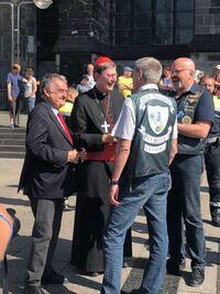 この人は誰かわかる人いますか? ドイツのケルン大聖堂にいたんですが、 SPとかついてました。
