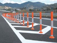 オートバイでの交差点にある赤いポールの間を通りぬけ&Uターンは道路交通法違反? (サンプル写真で UターンはOK?)