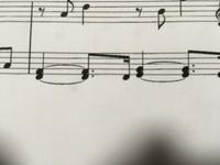 ピアノ初心者の高校生です。この画像の音符は四分音符と付点二分音符で3拍伸ばす?ってことですか?