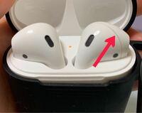 AirPodsの左側の方が、画像の矢印の部分が少し溝になっていて(ズレている?)そこに耳垢が溜まってくっきりとした線ができてしまいました。右側の方は耳垢が溜まりやすいような溝がなく、このような線はできないので すが 買って間もない頃から、左側のAirPodsにだけ矢印の部分に耳垢がたまりやすく、少しズレていたような気がします。これは不良品ではないですか? また、これの掃除の仕方を教えていただ...