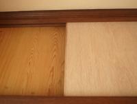 化粧合板(プリント合板)にのり付き壁紙を貼る場合の下処理(ヤスリがけ)について。  DIY初心者です。 プリント合板の部屋のドアにのり付きの壁紙を貼りたくて調べたところ、表面をやすりで削らないと壁紙の...