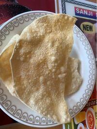 インド料理屋さんに来ています。急にこれが出されたのですが、これはナンですか?そのまま食べるのですか?