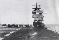 日本海軍が 第二次大戦の開戦時に 空母の艦橋に断片防御用にマントレットがされていましたが、 戦争後半になるとマントレットが見られなくなります。 実際には効果が薄かったから廃止されたのでしょうか?