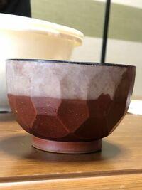 画像にある茶碗の上半分の白いものはなんですか?濡らすと、下半分のような色になります。