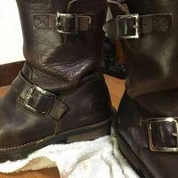 ブーツの手入れ、修理について エンジニアブーツの保存を失敗してしまったせいか、右足に大きな皺が出来てしまい型崩れしそうです。  ここから復活させる方法はありますでしょうか?