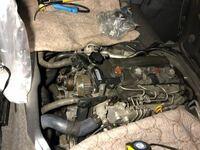 ハイエース 2KDエンジン 4WDモデルのウォーターポンプ交換でちょっと困っています。上下のタイミングベルトプーリーを固定するのに何か良い方法はありますか?ボルトを外した後もこの狭いエンジンルームでプーリプ...