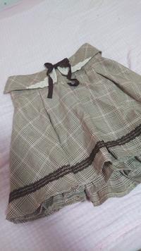コーディネートをお願いいたします! LIZ LISAのスカートなんですが、かわいいと思いメルカリで買ったはいいものの、合わせるトップスがわかりません! 襟のようなものやリボンが着いているの でとても合わせに...