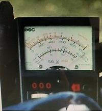 画像の計器のメーカー、品番分かりますでしょうか? 電圧計?アナログテスター?のようです。1975年のTVドラマで使用された時の画像です。