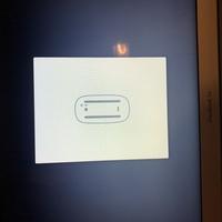 MacBook Airがこの画面から動かなくなってしまいました。  何か対処法はあるでしょうか?  再起動してもダメでした...