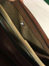 財布の小銭入れの部分が破れてしまってますが、買い替えるべきですか? それとも完全に使えなくなるまで使い切るべきですか?