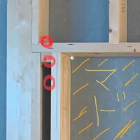 エアコンの配管の穴について質問です。 通常壁に穴を開けると思うのですが、 窓を支える柱?木?にかぶって穴を開けても問題ないのでしょうか?  ハウスメーカー は問題なし エアコン取り付け業者は問題あり  と...
