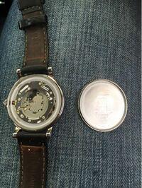 腕時計の電池交換について質問します。 自力で裏蓋を外したのですが、はまらなくなりました。かなりの力を入れてもはまらないのですが、専用の工具とかあるのでしょうか?