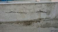 住宅基礎コンクリート 四日前に基礎コンクリートをやり今日型枠はずしをやっていました。 そこで、コンクリートの部分に空洞があることに気づいたのですが、これは大丈夫なのでしょうか?ここから補修しますか? ...