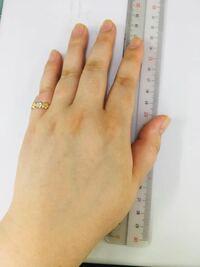 指輪のサイズが大きすぎるんですが知られたら引かれますか? 女なのですが手の大きさも男性の平均ほどあります。 先日ジュエリーショップでサイズを測ったところ20号でした。 調べてみたら男性の平均より大きいみ...