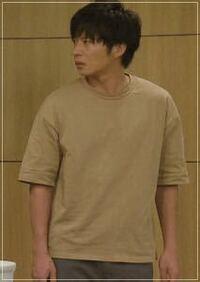 田中圭、原田知世が主演の2クール続けて放送された、日テレ系ドラマ「あなたの番です」で、手塚翔太(田中圭)が着ていた半袖の袖が長い服(下写真)はなんというものですか?