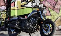レブル250  レブル250を買おうかと悩んでます。  そこで一番悩むのは色なんです! 黒かマットなシルバーか!  今バイクに乗られてる方や詳しい方はどちらがオススメだよー ってのがあり ましたら教えてください!