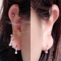 ピアスの位置でご相談です。 耳たぶの一番下のピアスなのですが、左右同じ位置に開けたつもりが、左の画像の方が少し下だったようです。 つけているピアスの内径は同じですが、右のほうが耳たぶにつきそうなのに対して、左には余裕があります。 この程度でしたら気にしなくてもいいんでしょうか…。 私の気にしすぎですか?