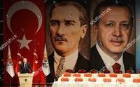 トルコのエルドアン大統領の演説シーンです。 背景に描かれている左側の人物はだれですか?