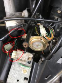 先日キーオフにしてもエンジンが切れなくなった為色々調べて赤丸のところに接点復活剤をスプレーしたのですが  それからエンジンがかからないことが増え 真ん中の赤丸のカプラーを抜き差しす るとかかるようになったりもしたのですが  今日ついにキーオンにしてもガソリンメーターも動かずエンジンかけることもできなくなってしまいました  多少スプレー吹きすぎた気もするのですが それが原因で壊...