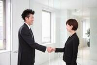 異性(特に男性が女性に)に積極的に握手を求める行為はセクハラでしょうか?