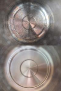パール金属株式会社製の圧力鍋を使ってご飯を炊くと、画像の上の様に内底が七色の模様に変色します。洗剤で洗っても取れず、クエン酸を使って一煮立ちすると画像の下の様に綺麗になります。 一方、ビタクラフト社製の圧力鍋は同じ様にご飯を炊いても内底が変色する事はありません。 販売店にこの事を伝えたところ、メーカーから異常ではないという返事が返って来て返品する事は出来ませんでした。 パール金属株式製の...