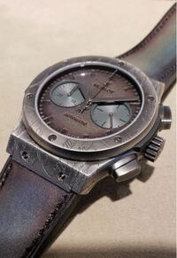 ウブロとベルルッティのコラボ時計について質問です。 200本限定との事ですが、ウブロは手作りでしょうか?(既に200本作り終えている?) 文字盤がレザーのようですが、気温で縮んだり、端からめくれてきたりしないのでしょうか?