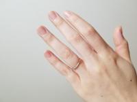 結婚指輪について 2ミリ幅の華奢な指輪です  調べると指が長くて太い人には 華奢な指輪は似合わないらしく  デザインはとても気に入っているのですが 確かに幅が物足りないような気がします  客観的な意見を聞き...