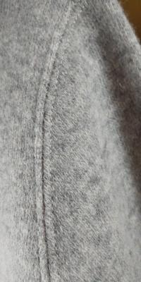 ミシンの縫い目について教えてください。   既製服ですが、リバーシブルになっており、 生地を突き合わせて縫い合わされています。 これができるミシンを知りたいのですが、ほかに手縫いする場合のやり方があ...
