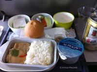 古いキャセイパシフィック航空の機内食  以前にのったキャセイで出た機内食のデザート(左奥の白い何か)についてわかる人がいましたら教えてください。 搭乗日は2013年8月、バンコクスワンナプームから香港国際空港へ向かう飛行機の中での機内食だと思います。 このデザートが美味しかったので、街中で探すにもどこの国の何という名前もわからないため、途方に暮れて早数年経過します。 できればバンコク...
